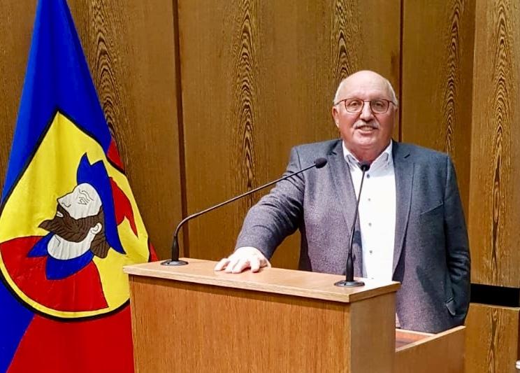 Fraktionsvorsitzender Rudi Neidlein am Rednerpult im Heidenheimer Gemeinderat